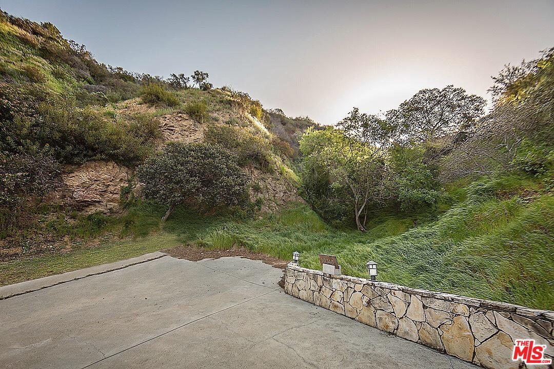 10327 TUPELO LN. - Bel-Air / Holmby Hills, California