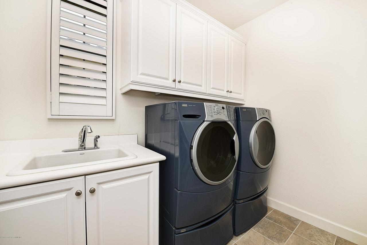 27 LAND BIRD, Irvine, CA 92618 - Laundry room with utility sink