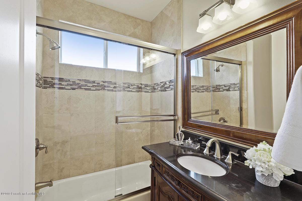 7167 SUMMITROSE, Tujunga, CA 91042 - First floor full bathroom.