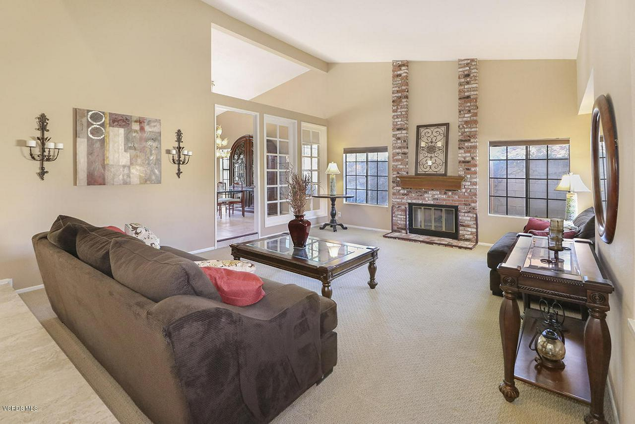 4076 DONEVA, Moorpark, CA 93021 - bEntry and Living Room1