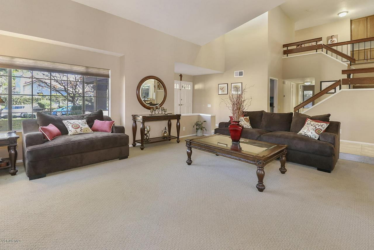 4076 DONEVA, Moorpark, CA 93021 - bEntry and Living Room2