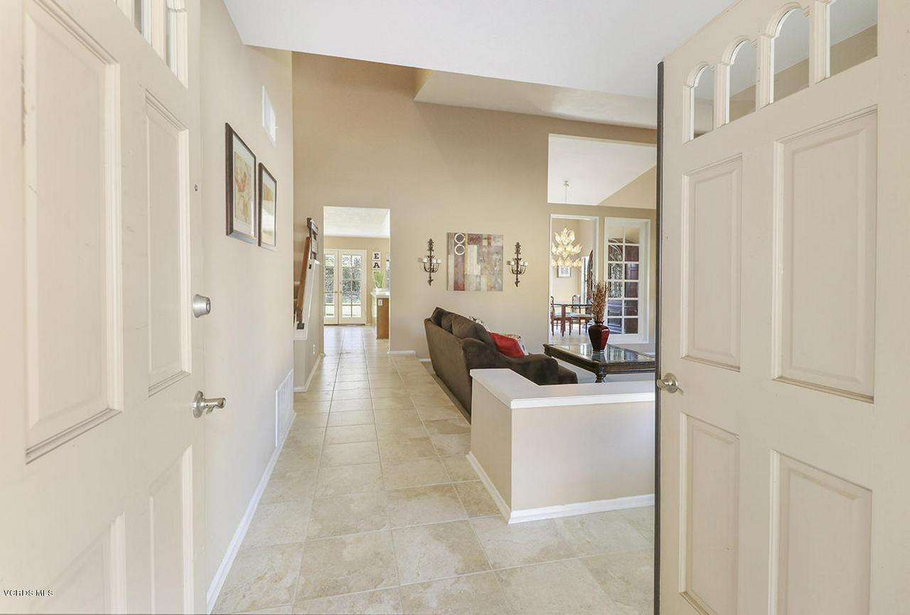 4076 DONEVA, Moorpark, CA 93021 - bEntry and Living Room