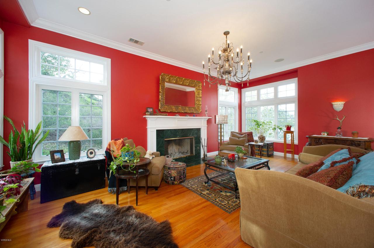 115 GILES, Lake Sherwood, CA 91361 - Living Room