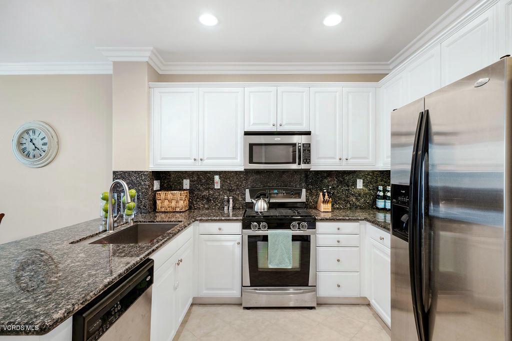 4511 VIA DEL SOL, Camarillo, CA 93012 - Kitchen
