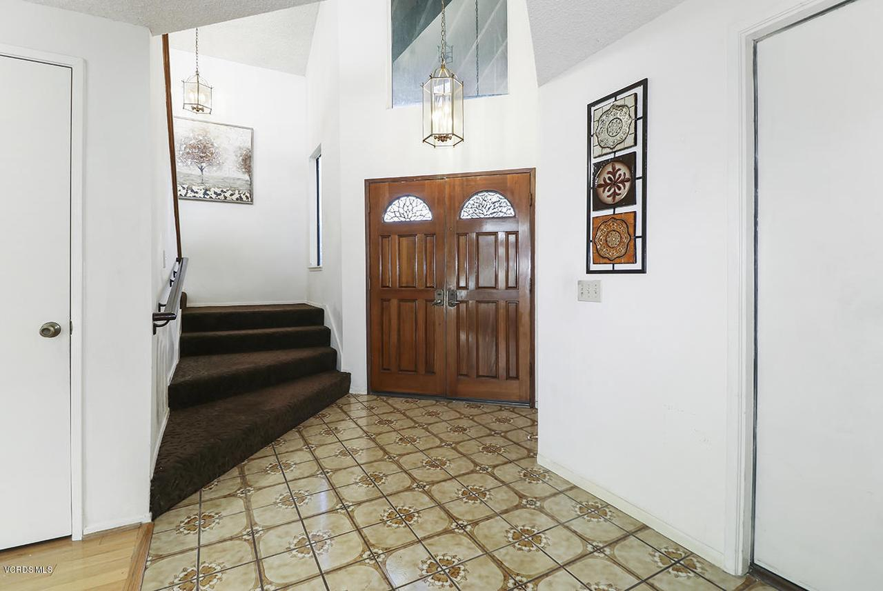 2067 STILMAN, Simi Valley, CA 93063 - bEntry and Living Room2