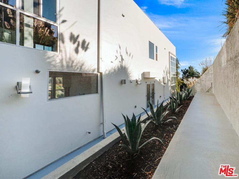 2746 RINCONIA, Los Angeles (City), CA 90068