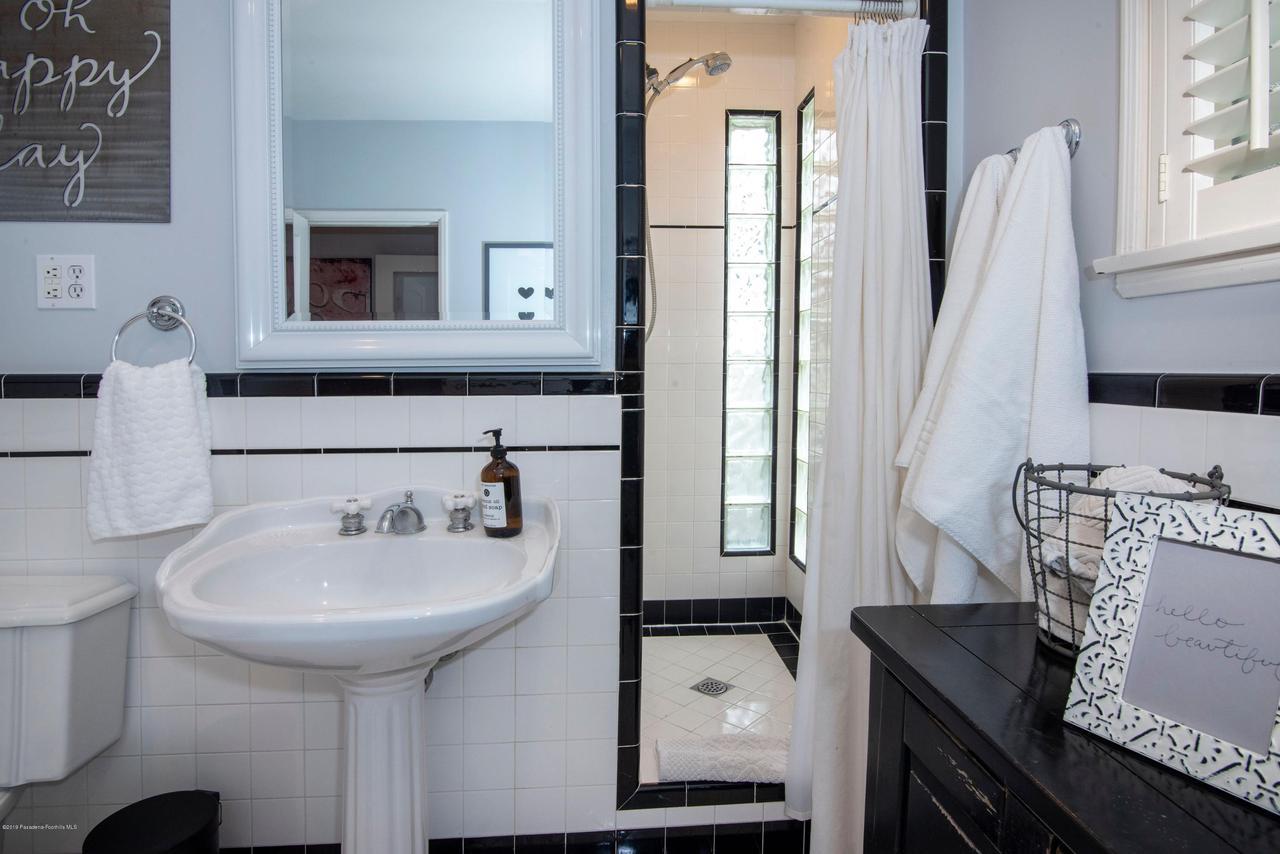 2337 LOMA VISTA, Pasadena, CA 91104 - 2337 LV BATH 2-4