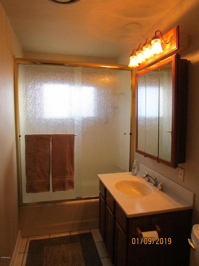 10720 TERNEZ, Moorpark, CA 93021 - Hall Bathroom