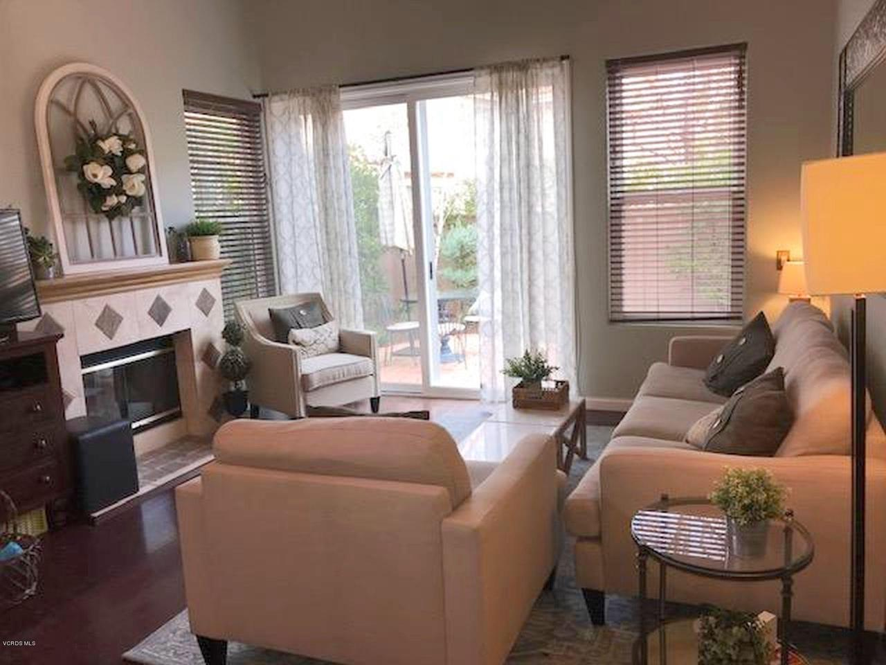 460 PAVAROTTI, Oak Park, CA 91377 - living room