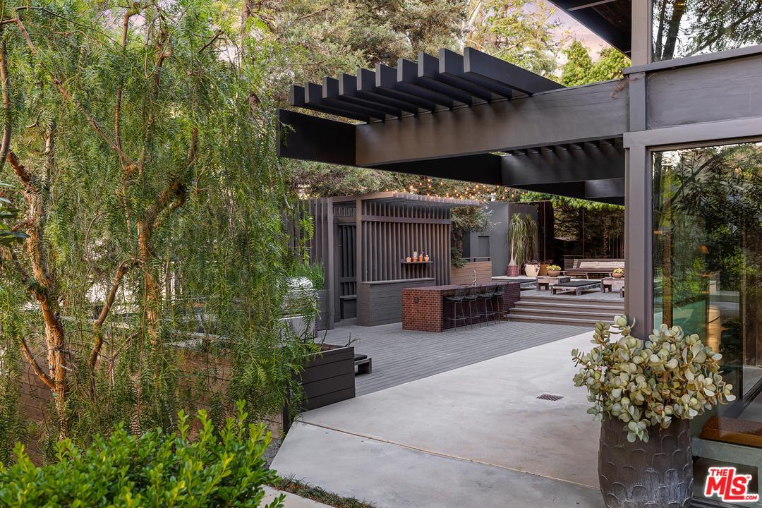 2563 NICHOLS CANYON Road Los Angeles (City), CA 90046